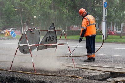 В Кемерове на дорогах герметиком залили 26 000 метров трещин