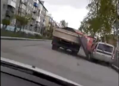 Видео: в Кузбассе выпавший из кузова КамАЗа тент повредил «легковушку»
