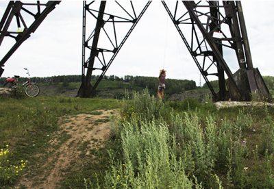 В Кемеровском районе дети приспособили ЛЭП для прыжков с «тарзанки»