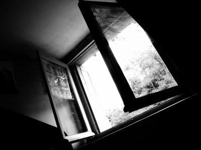 В Кузбассе Следком проводит проверку по факту падения ребёнка из окна 9 этажа