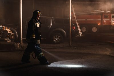 Ночью в Новокузнецке сгорел внедорожник Land Cruiser Prado