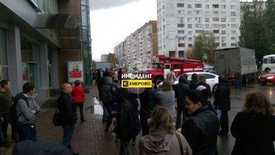 В Кемерове проходит массовая эвакуация ТЦ, школ и вокзалов из-за звонков о бомбах