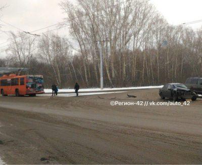 В Кемерове в районе «Азота» столкнулись Mercedes-Benz и троллейбус