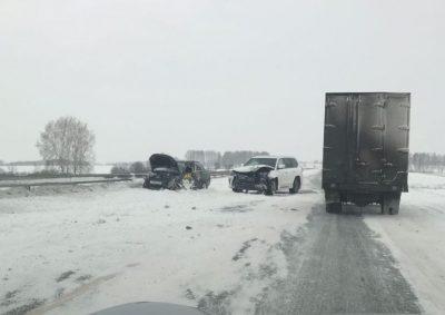 В Кузбассе на трассе столкнулись Lada Granta и Lexus LX 570, есть пострадавший