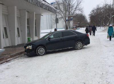 В Кемерове водитель Toyota снёс дорожный знак и сбил пенсионерку