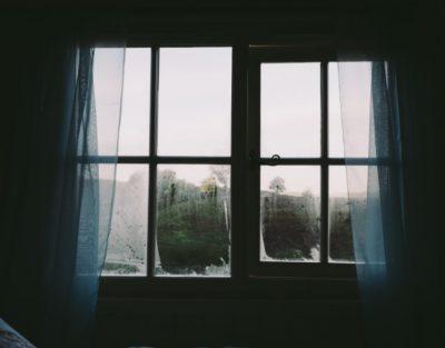 В Новокузнецке из окна на шестом этаже выпала пенсионерка