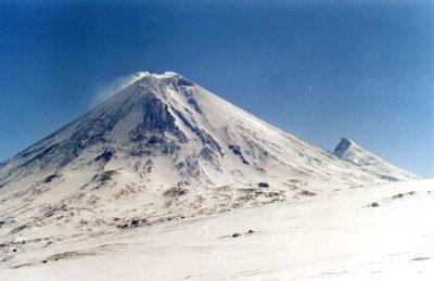 На Камчатке вулкан выбросил столб газа с пеплом