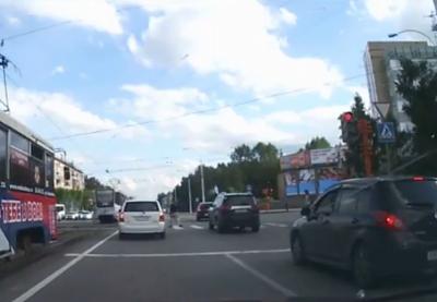 Видео: в центре Кемерова на красный проехали шесть «легковушек» и трамвай
