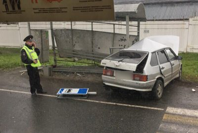 В Кемерове на Кузнецком автомобилист влетел в остановку, есть пострадавшие