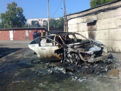 В Новокузнецке на улице Клименко сгорел Mercedes