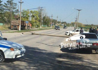 В ГИБДД Кузбасса рассказали подробности ДТП, после которого на авто упал столб
