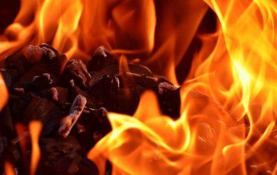 Ночью в Прокопьевске из-за поджога произошёл пожар на площади 230 «квадратов»