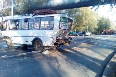 В ГИБДД назвали предварительную причину ДТП с участием маршрутки и КамАЗа в Кемерове