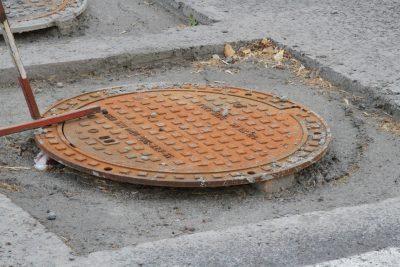 В Кемерове на дороге установили «плавающие» люки