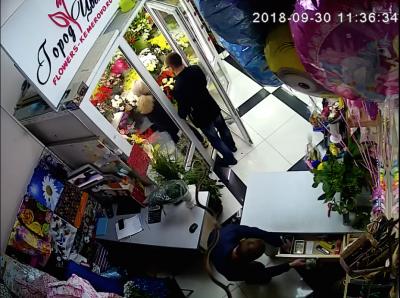 Момент кражи в цветочном магазине в Кемерово попал на видео