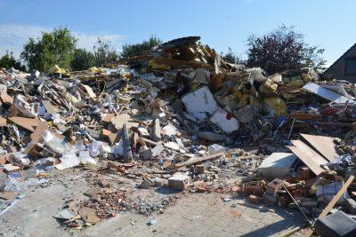 Видео: московский бизнес-центр рухнул на дорогу и чуть не раздавил авто