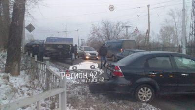 Видео: в Кемерове грузовик врезался в столб и завалился на «легковушку»