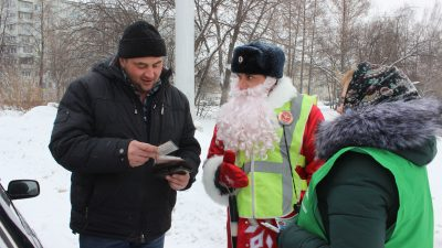 Фото: Дед Мороз угрожал кемеровчанам штрафами за пьяную езду
