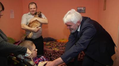 Кузбасская семья получила в подарок компьютер от полпреда президента