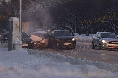 Фото: в Кемерове на Мичурина снова разбились легковушки