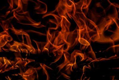 Видео: под Кемеровом горел тягач, гружённый микроавтобусами