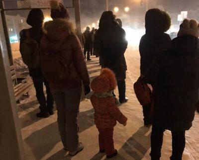 Мёрзли полчаса: десятки кемеровчан не могли уехать из Лесной Поляны в 38-градусный мороз