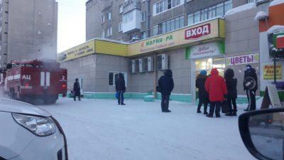 Фото: посетителей кемеровского супермаркета срочно эвакуировали
