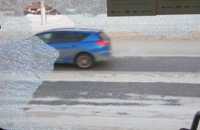Фото: в Кемерове у маршрутки на ходу разбилось стекло рядом с пассажирами