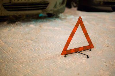 Затруднён проезд: в Кемерове две легковушки перекрыли полосу на одной из улиц