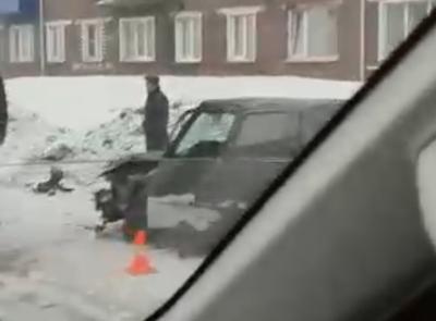 Видео: в Кузбассе легковушка выдрала из земли столб с проводами