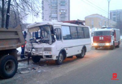 В Новокузнецке маршрутка врезалась в стоящий КамАЗ: есть пострадавшие
