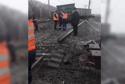 Фото: в Кузбассе серьёзная авария на железной дороге, просыпался металлургический концентрат