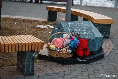 «Зимняя вишня»: к месту трагедии снова несут цветы и игрушки