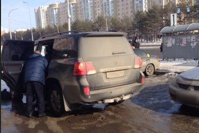 Похищение средь бела дня? В Кемерове двое мужчин силой затолкали в джип парня