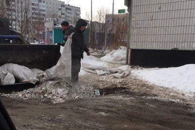 Фото: в Кемерове дорогу отремонтировали мусором