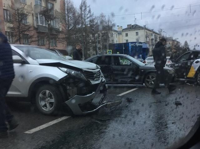 Пьяный водитель устроил массовое ДТП с пострадавшим в центре Кемерова