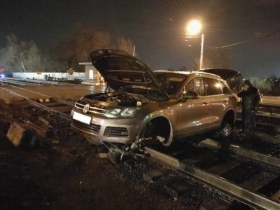 Поезд протаранил легковушку в Кузбассе: видео момента страшного ДТП