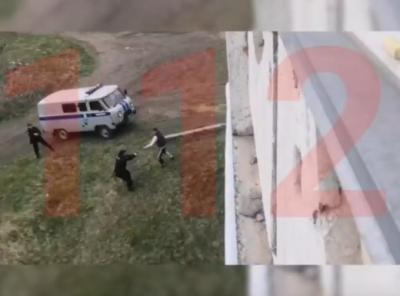 Стреляй лучше в него! В Новокузнецке мужчина с ножом напал на полицейских