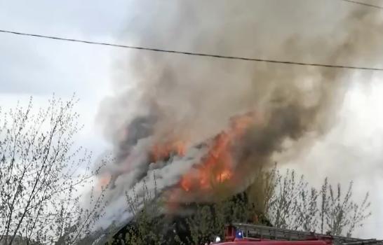 Клубы дыма и языки пламени: в Кузбассе одновременно горели дом, баня и веранда