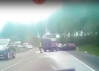 Смятая легковушка и трое пострадавших: видео серьёзного ДТП в Кузбассе