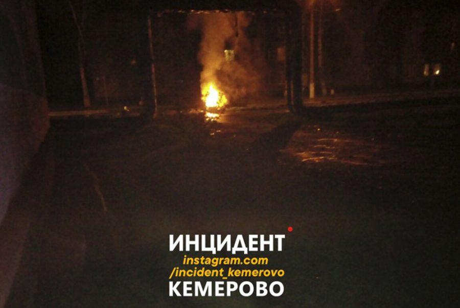 Фото: в Кемерове легковушка слетела в кювет и загорелась
