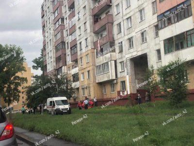 Фото: кемеровчанин выпал из окна многоэтажки