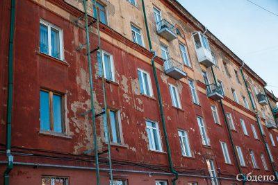 Кузбассовец вышел на улицу через балкон и получил тяжёлые травмы