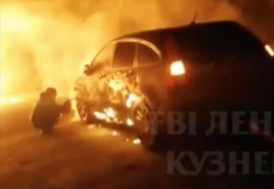 В кузбасском городе полыхали три машины: видео страшного пожара