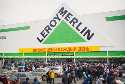 В кемеровском «Леруа Мерлен» металлическая дверь рухнула на ребёнка