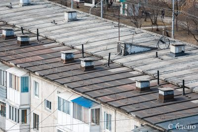 В Кузбассе маленькая девочка выпала из окна пятого этажа и чудом выжила