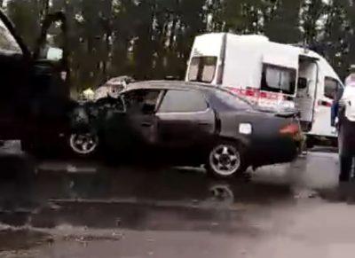 Легковушка всмятку: видео ДТП с пострадавшими на кузбасской трассе