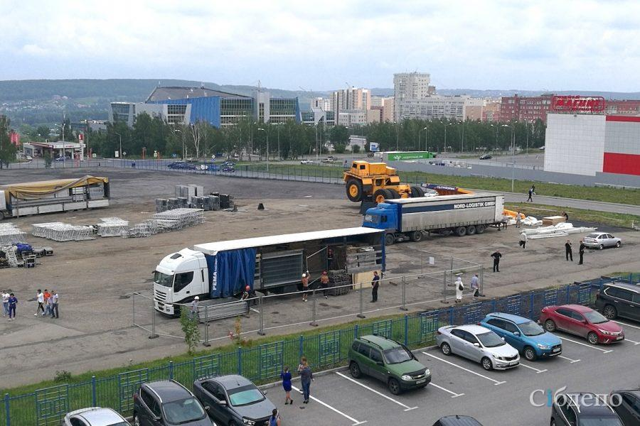 Фото: в Кемерове начали собирать огромную сцену