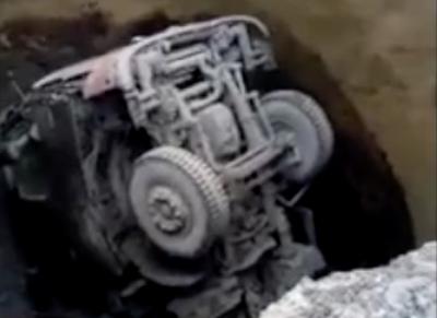 В Кузбассе грузовик ушёл под землю: подробности