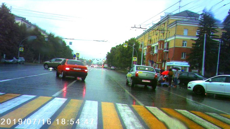 Таксист сбил мужчину на пешеходном переходе в центре Кемерова